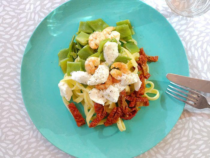 Pasta met snijbonen, zongedroogde tomaatjes, garnalen en mozzarella