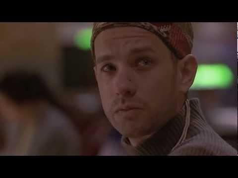 Omaggio a Freddie Mercury sulle note di Too much love will kill you prendendo a prestito l'ambientazione del film Philadelphia