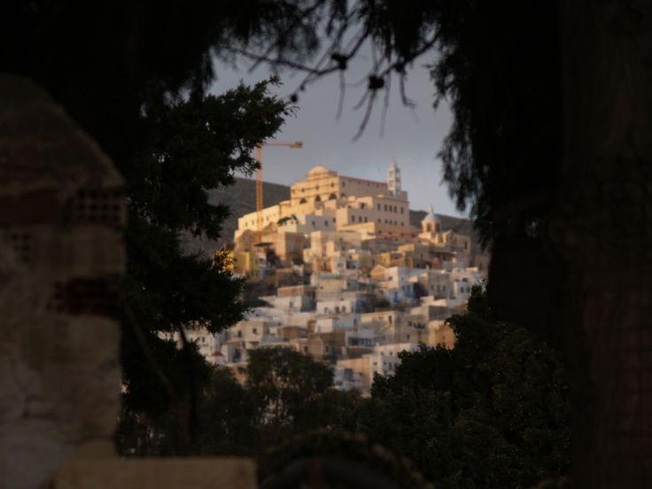Λοφίσκος της Άνω Σύρου. Φωτογραφία από την περιοχή του Αγίου Γεωργίου στα Καμίνια.