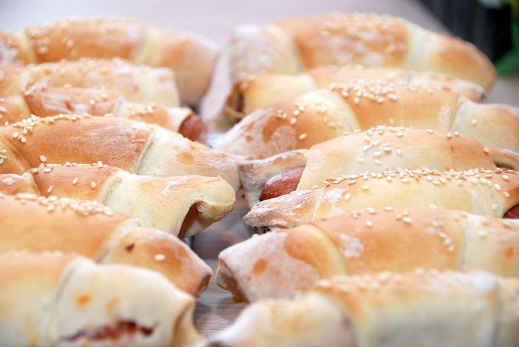 Den bedste opskrift på lette og luftige pølsehorn. De er bagt med en smule kærnemælk, og pølsehornene er gode at fryse ned. Du skal bruge – giver 32 lækre pølsehorn: 1,5 deciliter mælk 2 deci…