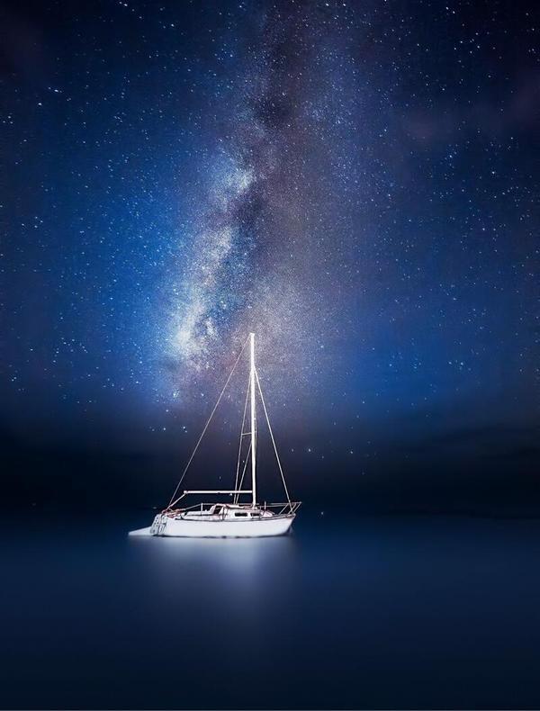 Un barco y la Vía Láctea.