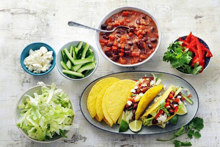 Kijk wat een lekker recept ik heb gevonden op Allerhande! Knapperige taco's met kruidige bonen en feta