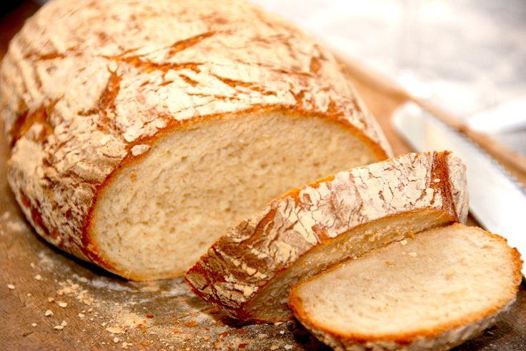 Med denne opskrift på italiensk bondebrød får du et virkelig lækkert madbrød med meget sprød skorpe. Brødet hæves i hævekurv. Til et lækkert italiensk bondebrød skal du bruge: 1,5 deciliter varmt v…