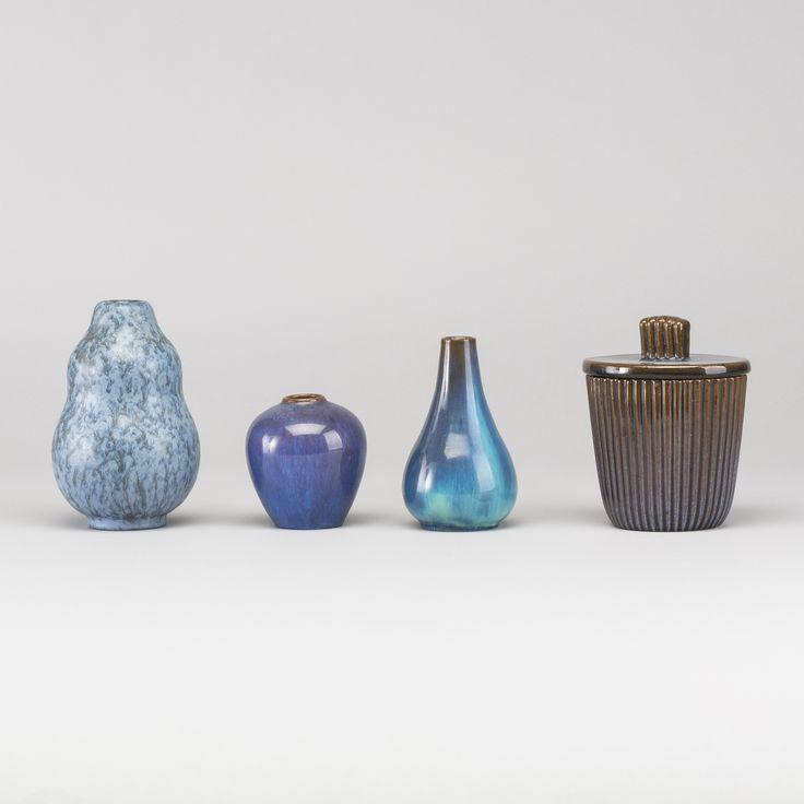 PARTI VICKE LINDSTRAND Lergods, Ekeby, 4 delar.  3 vaser, en oval ask med lock. Olika blå glasyrer. Höjd 9-16 cm