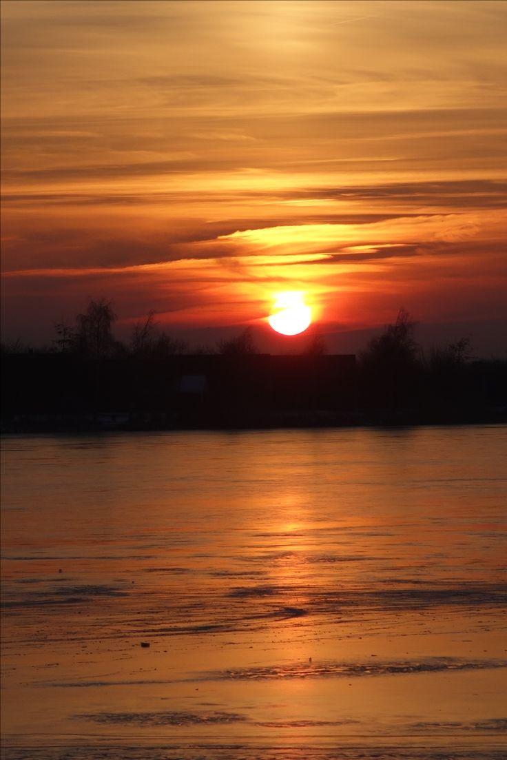 Een prachtige zonsondergang boven de Grote Rietplas vanmiddag. Wij hebben iets met de zon, natuurlijk. Zonlicht is net zo onmisbaar als goede voeding en beweging. Geen plant kan zonder licht maar voor mens en dier geldt hetzelfde. Zonlicht, met name UV licht doodt bacteriën en stimuleert ons immuunsysteem. Zorg voor jezelf en zorg voor voldoende zonlicht. Een zonnebank levert echt hetzelfde licht al is de beleving anders. Wie denkt dat een zonnebank schadelijk is heeft het echt niet…