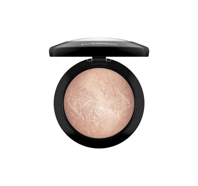 A luxurious, slow-baked, velvety soft, domed face powder with a radiant finish. Strategically buff on to add highlights to the high points of the face, or blend all over for a sheer luminous polish to the skin. Features our 77-Mineral Complex and vitamin E.