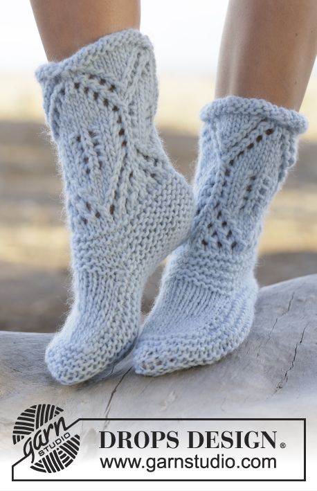 """Knitted DROPS slippers in garter st with lace pattern in """"Eskimo"""". ~ DROPS Design"""