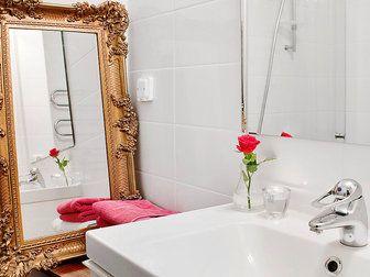 Glammigt i badrummet med maffig guldspegel