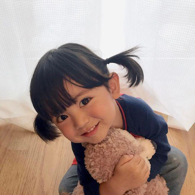 De mooie Japanse super junior, die slechts 2 jaar oud is, heeft 80.000 volgers