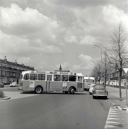 De Leyland/Verheul autobus nr. 109 van het G.E.V.U. bij het keerpunt aan de Rijnlaan/Socrateslaan. Op de achtergrond de afgebroken Julianakerk. Ergens jaren 1960