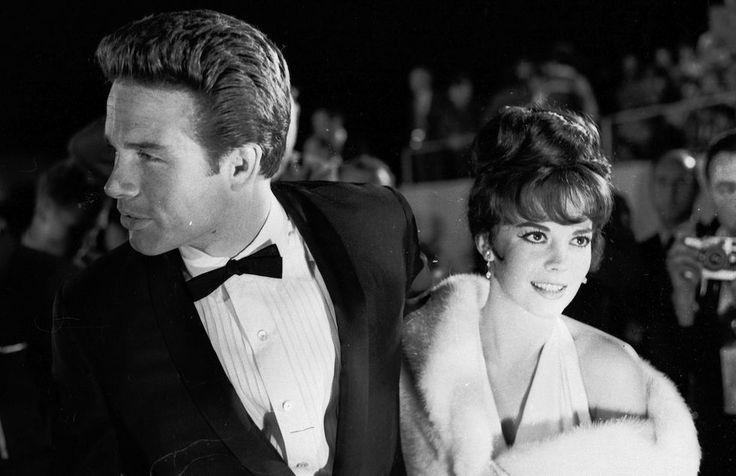 Warren Beatty e Natalie Wood - Gli attori americani Warren Beatty e Natalie Wood alla cerimonia di consegna degli Oscar a Hollywood, California, 11 aprile 1962.  (William Lovelace/Express/Getty Images)
