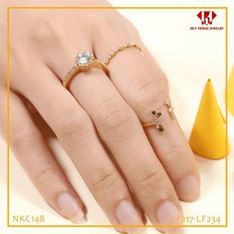 """Đeo Nhẫn Ở Ngón Tay Này thì chữ """"Ế"""" còn Bám Dài Dài 😱😱😱  Những chiếc nhẫn luôn là trang sức được nhiều Nàng yêu thích nhất😍 Song các Nàng có biết Mỗi chiếc nhẫn đeo ở mỗi ngón tay lại biểu thị một ý nghĩa khác nhau không???  👉Cùng Huy Thanh Jewelry khám phá Ý NGHĨA ở mỗi ngón tay Đeo Nhẫn nhé 🤗 • Ngón trỏ phải: Mang ý nghĩa quý tộc hoặc mang ý nghĩa còn độc thân và đang chờ đợi tình yêu đến.  • Ngón giữa phải: Thể hiện rằng bạn là """"hoa đã có chủ"""". • Ngón áp út phải: Đang trong giai…"""