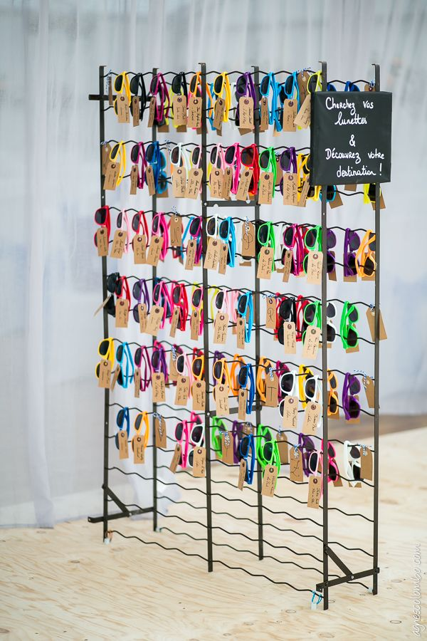 Plan de table lunettes de soleil - Mariage Gaëlle & Thomas - cadeau invités, sunglasses, wedding, étiquette kraft, thème voyage, travel
