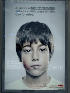 """Publicidad de la Fundación ANAR, sólo visible por los niños - """"A veces el maltrato infantil sólo es visible para el niño que lo sufre"""""""