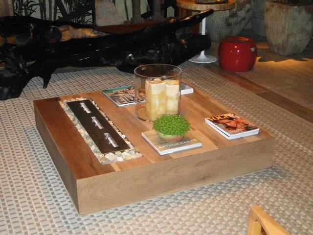 Lareira ecológica embutida em mesa de centro via http://www.sclareiras.com.br/produto/lareiras-ecologicas.html