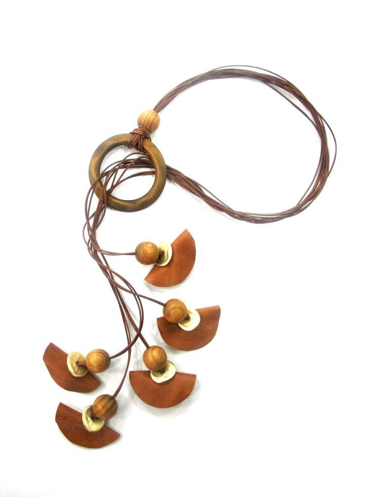 Χειροποίητο κόσμημα κατασκευασμένο από ξύλινες χάντρες, δέρμα με  μεταλλικές λεπτομέρειες.  www.artbyrania.gr
