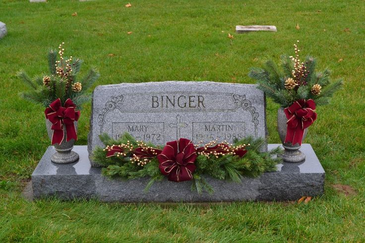 We specialize in custom grave decorations and live and artificial wreaths and home décor. We also have a nice selection of gift items in our gift shop. Below are some examples of our work.