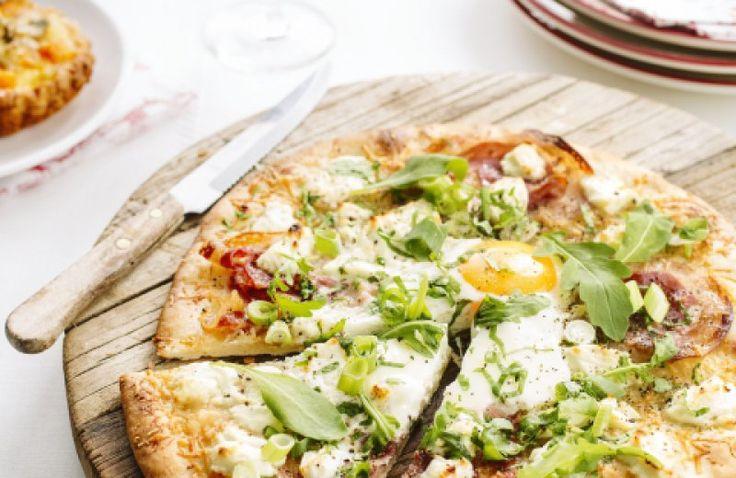 Ontbijtpizza met pancetta en ei