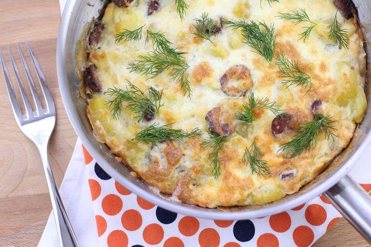 Omleta cu cartofi si carnati la cuptor, omleta la cuptor, reteta rapida si satioasa pentru mic dejun sau pranz in familie.