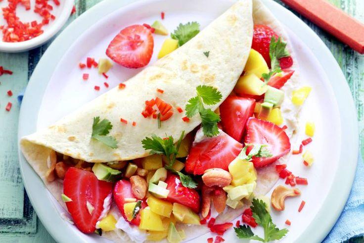 17 juni - Aardbeien in de bonus - Volrijp fruit, friszure limoen, koriander en een pittig pepertje. Een explosie van kleur en smaak - Recept - Allerhande