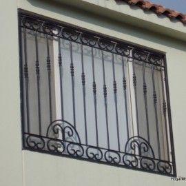 Fotografía de herrería de ventana con elementos coloniales con barrotes verticales armandos en un arreglo contemporanea                                                                                                                                                                                 Más