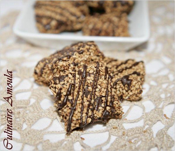 """Assalamo Alaykoum, Bonjour à tous, Voici ma recette de la deuxième variété de pâtisserie marocaine préparée à l'occasion de """" Aîd Al Mawlid Nabawi Chârif """", des gâteaux sans cuisson aux graines de sésame et noix de coco. * Ingrédients: - 250g de graines..."""
