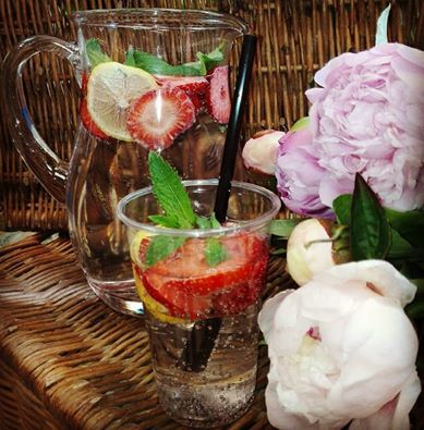 A jak Wy radzicie sobie z upałami? ;-) #cateringdietetycznywarszawa #freshplate_catering #dietapudełkowa #woda #z #owocami #truskawki #mieta #cytryna #idealne #ochłodzenie #i #nawodnienie #upał #instadrink #mniam #delicious