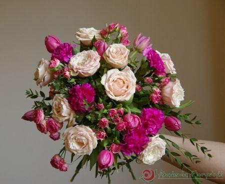 Chcesz wyglądać zjawiskowo na swoim ślubie? Zainspiruj się z nami - bogaty bukiet ślubny z różami.