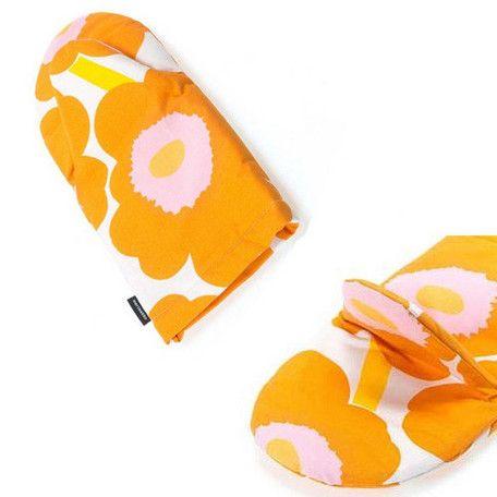 ♪大人気の北欧雑貨 marimekko♪人気柄UNIKKOのオーブンミットです!フィンランドの有名ブランド、マリメッコは先進的なデザイン会社として1951年に創立しました。エネルギッシュな色で具象化された、大胆でユニークなパターンは多くの人々を魅了しつづけています。 なかでもUNIKKOは、マリメッコといえばこれ!と言うほど有名な人気柄です。手首までシッカリ覆える奥行きやフックなどに引っ掛けられるループ紐など、実用性もさることながら、おおきく花開くUNIKKO柄はキッチンにあるだけで華やかなアクセントになってくれそうです。※ご購入前に お目通しください※こちらの商品はインポート品となり、縫製の見劣り・糸のほつれ、製造過程における小さなキズ、シミなどが見られる場合がございますが、商品全般に見られる状態でございます。不良品ではございませんので、上記理由での返品・交換は致しかねます。予めご了承下さい。