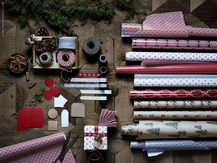 Nu förbereder vi för julen! Med papper i rött, vitt, grått och natur skapar du enkelt vackra blickfång att njuta av hela vägen fram till julafton. VINTER 2015 presentpappersrulle grå eller röd, blandade mönster, VINTER 2015 band röd/grå/svart, VINTER 2015 etikett, VINTER 2015 tejprulle röd eller grå.