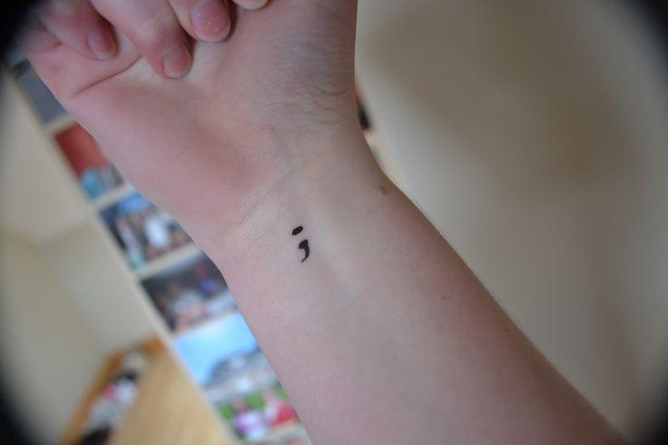 Por que tem tanta gente com uma tatuagem de um ponto e vírgula?