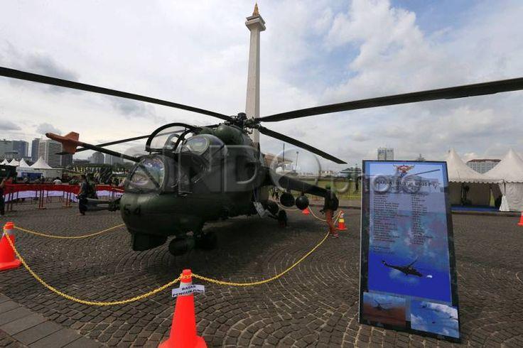 Pengunjung mengamati helikopter jenis MI-35 P milik Pusat Penerbangan TNI Angkatan Darat (Puspenerbad) saat digelar...