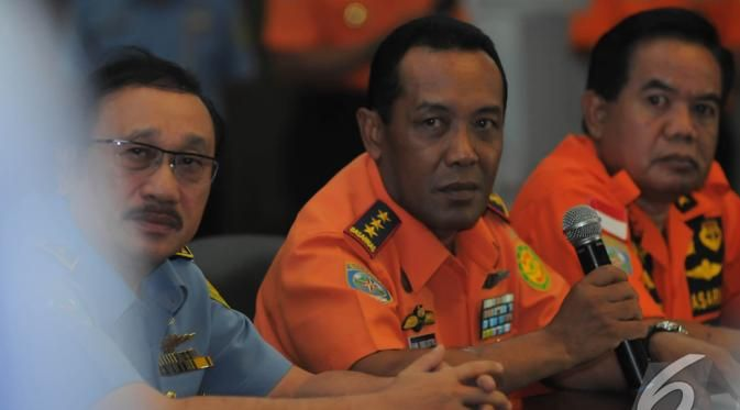 Basarnas Beberkan Hasil Temuan di Selat Karimata - Henry Bambang Soelistyo (tengah) memastikan bahwa apa yang mereka temukan adalah bagian dari pesawat...