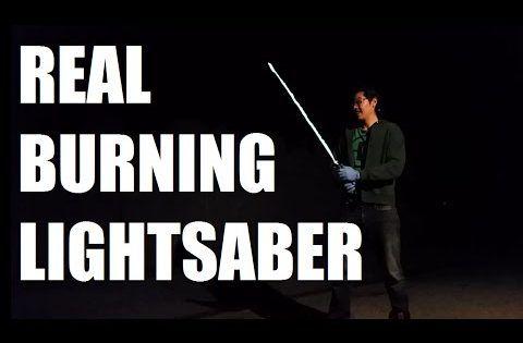 Allan Pan aus Los Angeles hat sich ein Star Wars Laserschwert gebaut und dies nicht mit Laser, nicht aus Leuchtstäben, sondern mit einer Mischung aus verschiedenen brennbaren Gasen. Natürlich hat Allen noch einen Soundchip eingebaut und so ertönen die Lightsaber Sounds welche wir aus unseren Lieblingsfilmen kennen. Der Bastler hat schon auf seinem YouTube Kanal [ ]