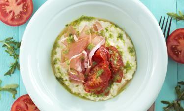 Pecorinorisotto med rostade tomater, rucoladressing och lufttorkad skinka