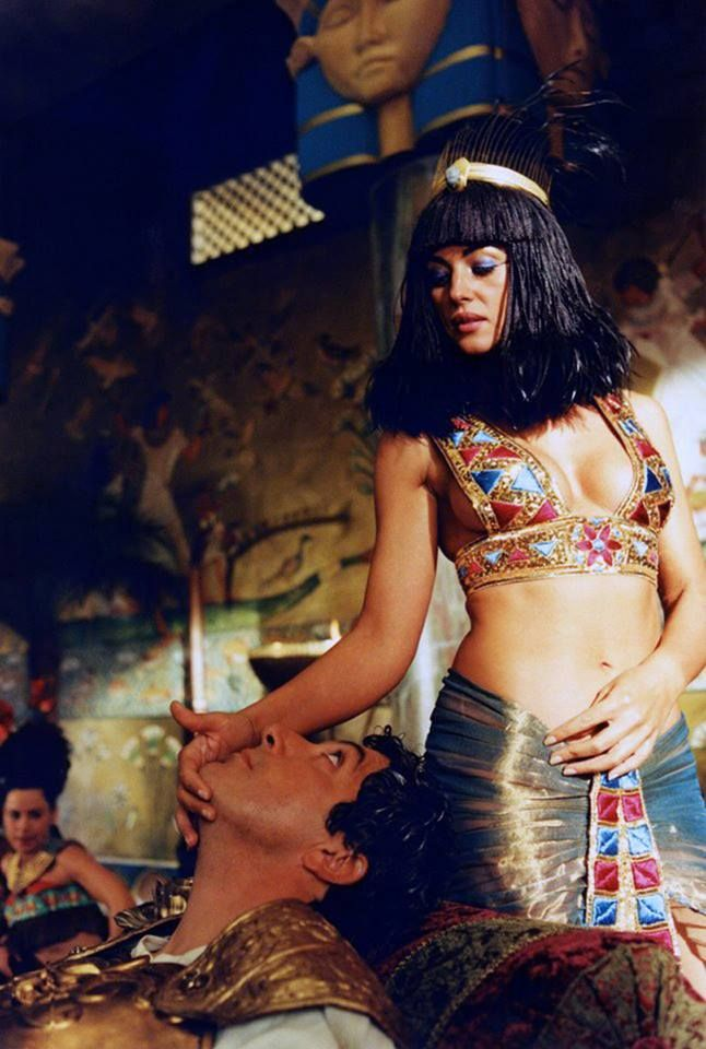 Monica Belluci as Cleopatra with Alain Chabat as Jules César from the film Astérix and Obélix : Mission Cleopatra.