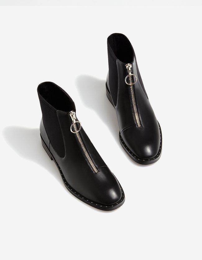 8d5e0911854 Descubre las botas altas, mosqueteras o xl y botines negros, planos o con  tacón de AW 2017 de Stradivarius. Botas y botines de mujer para un día  perfecto.