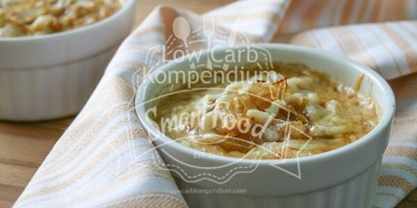 Zwiebelsuppe - gesund & köstlich. Die Zwiebel schützt Zellen, wirkt antibakteriell & verbessert deine Blutfettwerte. Ideal für eine Low-Carb Ernährung.