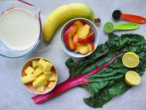 smoothie vert au matcha, aux ananas et à la bette à carde | table et tablier