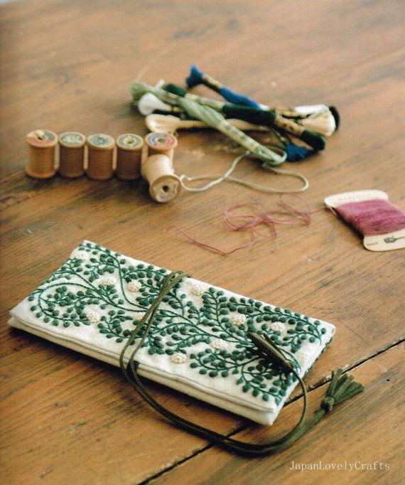 [B o o k. D e t i l s] Idioma: Japonés Condición: A estrenar Páginas: 71 páginas en Japonés Autor: Yumiko Higuchi Fecha de publicación: 09/2014 Número de artículo: 1479-2  Muestrario de bordado japonés. Con diseños de bordados de lana preciosa. Se pueden disfrutar de total 19 proyectos diseñados por Yumiko Higuchi. Absolutamente fantástico.  [C o n t e n t e s] * patrón de flor (correa) * patrón hiedra (bolsa) * Cardo (caso de aguja) * anémona * Gallo * Santa noche (Navidad) * pequeña flor…