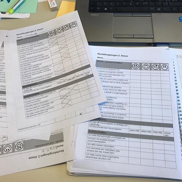 """Die Vorbereitungen für's schulische Standortgespräch laufen auf Hochtouren . Alle Kinder haben einen Fragebogen ausgefüllt, welchen ich auch für jedes Kind ausfüllen werde. Am Gespräch suche ich mir 2-4 """"auffällige"""" Punkte aus. Was kann das Kind besonders gut, woran muss es noch arbeiten? Visualisiert durch farbige, grosse Smilies. Wie macht ihr das so?  Guten Rutsch ins 2️⃣0️⃣1️⃣7️⃣  #grundschule #elterngespräche #primarschule #frohesneues #vorbereitung #unterrichtsvorbereitung #leh..."""