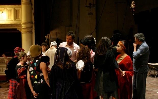 Un'aula d'eccezione: quello splendido gioiello neoclassico che è il Teatro Signorelli di Cortona. Tema della lezione: l'opera; declinata secondo il modello di uno dei suoi poeti più sbarazzini e insieme raffinati, intensi e giocosi. Ovviamente Gioacchino Rossini. In cattedra il docente che non ti aspetti, un grande della canzone pop d'autore: Lorenzo Cherubini, per tutti Jovanotti. Che in Rossini!!! diventa capocomico di un cast di piccoli attori.