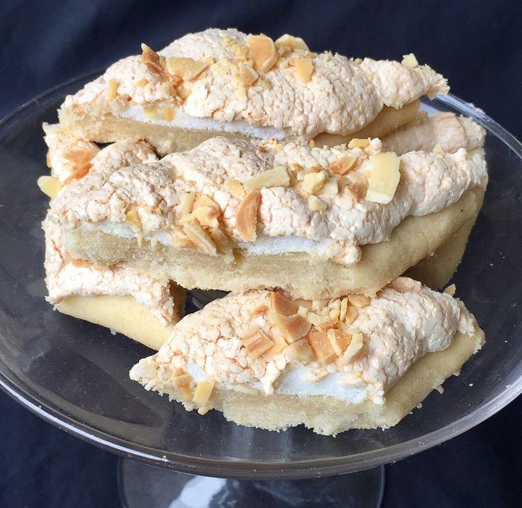 Marängsnittar En ljuvlig småkaka med mör botten, marängtäcke och rostade mandlar/mandelspån. Dessa snittar är ljuvliga och går alltid hem på fikabordet. Vill du göra en söt botten går det bra…