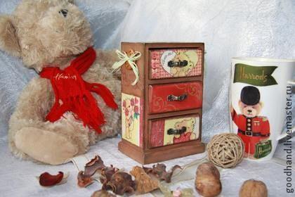 `Любимый мишка` миникомодик деревянный. Миникомод выполнен в технике декупаж.   Компактный и в тоже время вместительный комодик для украшений или рукодельной мелочи. Также этот миникомодик может стать прекрасным подарком для девочки для хранения своих секретов.