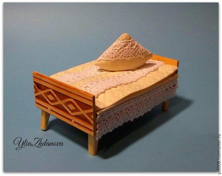 Создание миниатюрного мира очень увлекательное занятие, а особенно мне нравится делать наполнение домиков. Мебель занимает основное пространство и вот, я решила показать, как делать миниатюрную кровать для маленького Мышонка. Итак, начну! Мне понадобятся : - деревянные палочки; - декоративные деревянные планки; - школьные линейки; - клей…