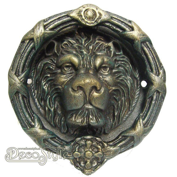 Gietijzeren Deurklopper Leeuw Rond  Robuust uitgevoerde gietijzeren deurklopper met een leeuwenkop voorstelling. Dit gietijzeren pronkstuk maakt uw deur helemaal af.    Materiaal:  Handbewerkt gietijzer  Afmetingen:  Diameter: 24 cm Diepte: 8 cm  Kleur: Brons  A CAST IRON LION HEAD DOORKNOCKER