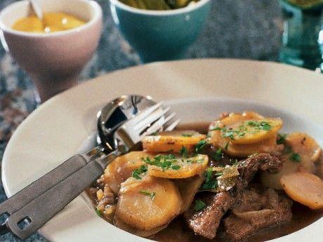 Recept på sjömansbiff. Sjömansbiff är en riktig husmansklassiker där köttet långkokas mört i öl.