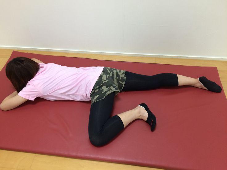 股関節を正常に戻すストレッチ O脚の人もX脚の人も、股関節を外側方向にねじるストレッチをして、まずは股関節を正常な位置に戻すことが必要です。 ① うつ伏せになって片脚を外側へ開きます。 ② この状態で20~30秒ストレッチします。左右3回ずつ。