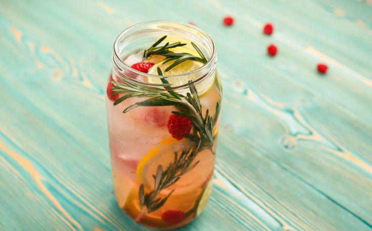 Vind je het moeilijk om voldoende te drinken? Afwisseling maakt het makkelijker. Drink in plaats van 'normaal' water bijvoorbeeld fruitwater met citroen, framboos en rozemarijn.