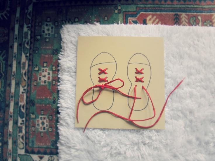 Un juego casero para aprender a atarse los cordones
